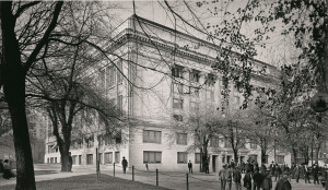 The law school occupied a single room in the Multnomah County Courthouse in 1915.